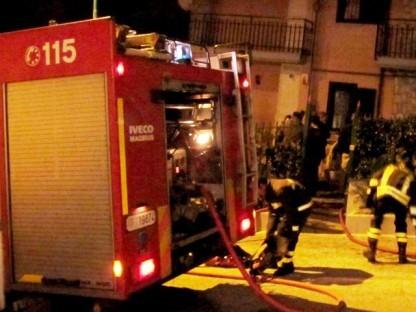 A fuoco un camper presso la sede di Rifondazione comunista a Borgo san Lorenzo