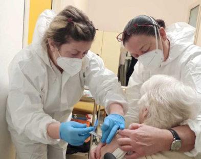 Vaccini: telefonate ad anziani per somministrazioni a domicilio, si tratta di truffe