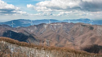 Andrea Benati, su reteresistenzacrinali, riassume la situazione relativa al progetto Impianto Eolico Monte Giogo di Villore